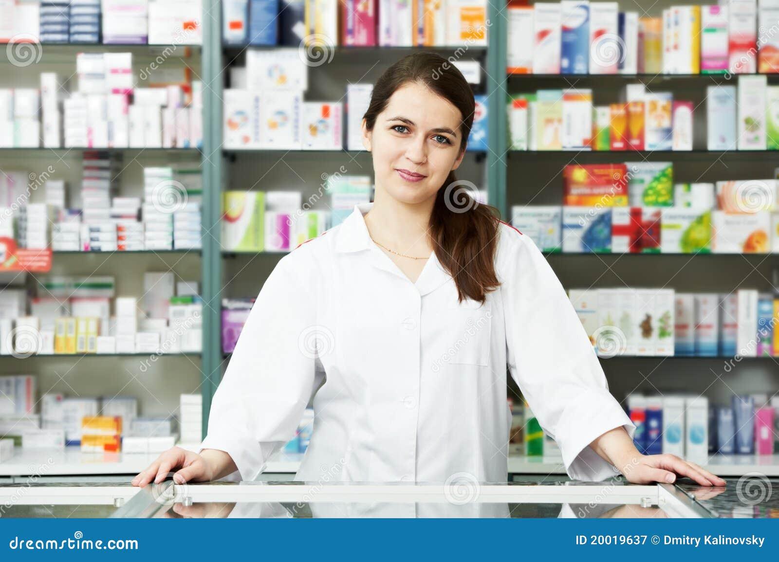 De chemicusvrouw van de apotheek in drogisterij