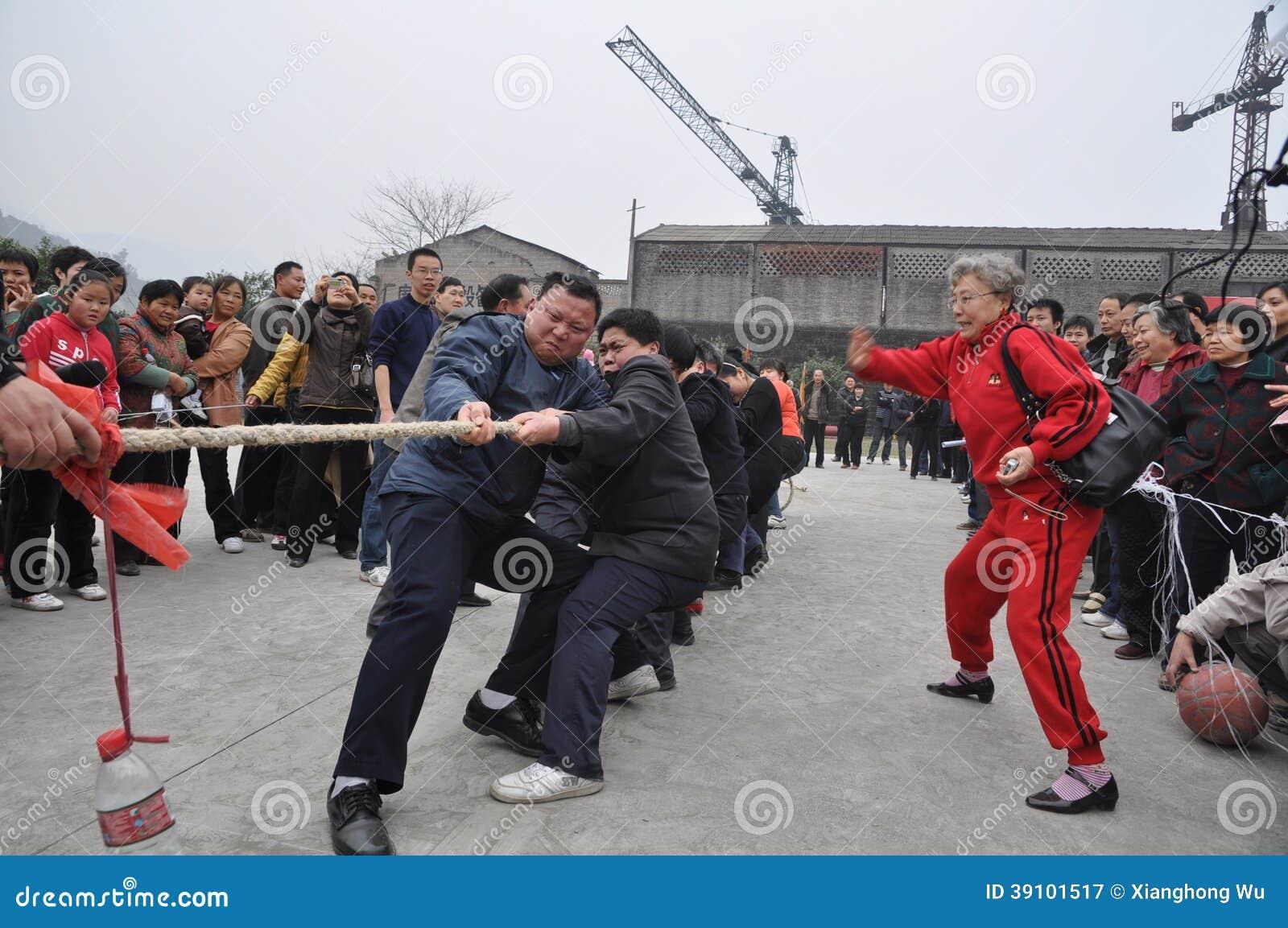 De Chinese mensen zijn touwtrekwedstrijd
