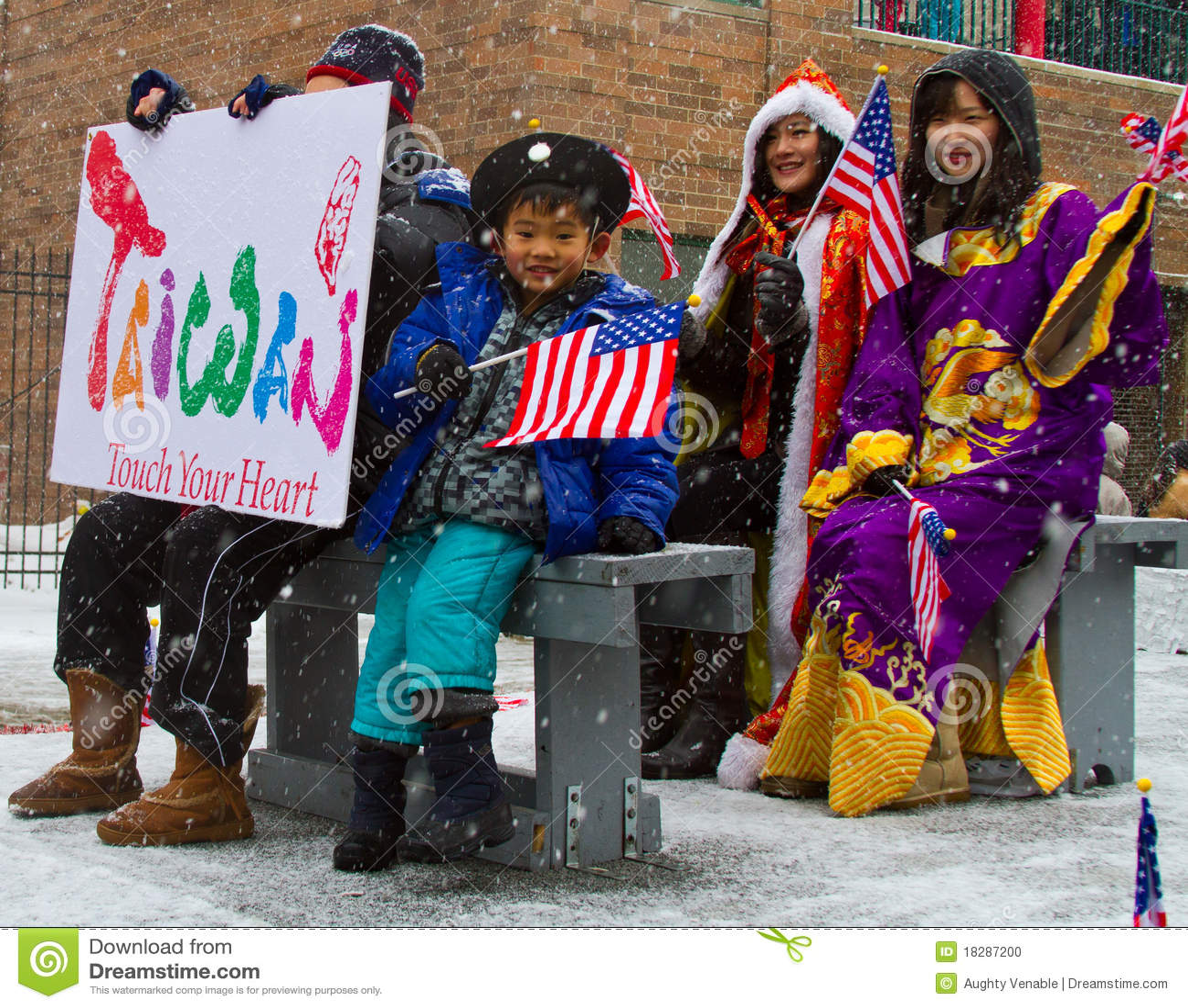 De Chinese Parade van het Nieuwjaar met de Golvende Vlag van het Kind