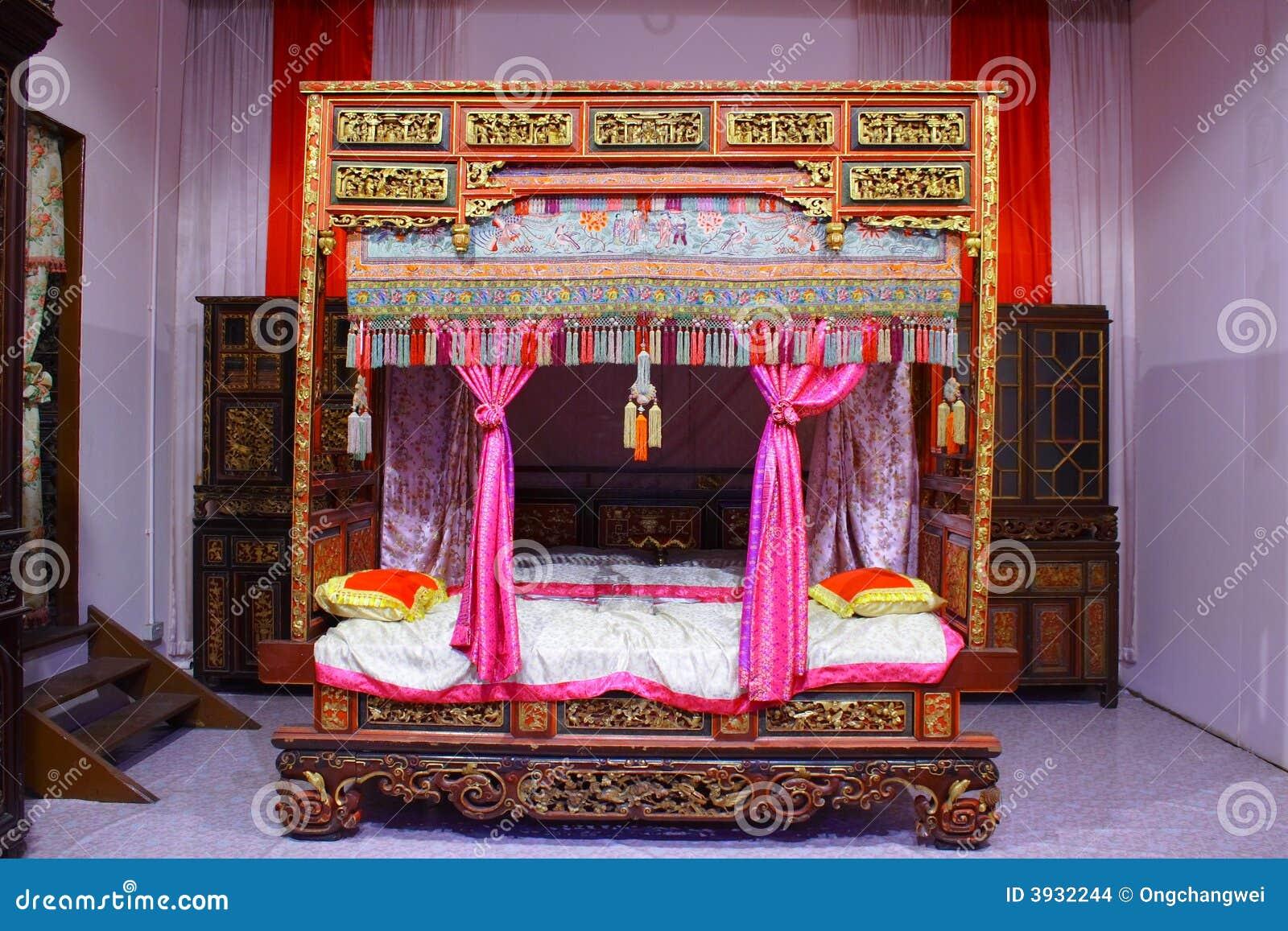 Traditioneel Chinees Bed : De chinese zaal van het bed stock foto afbeelding bestaande uit