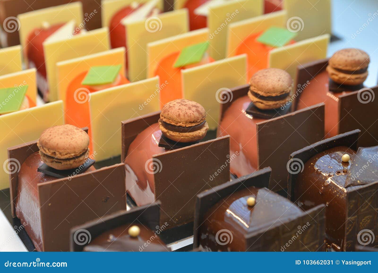 De chocolade koekt op vertoning een banketbakkerijwinkel in Frankrijk