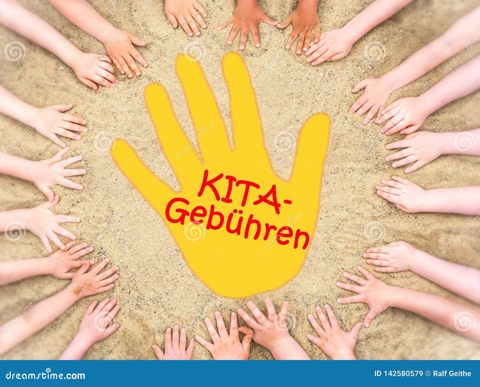 De cirkel van de handen van kinderen met dient het midden en het Duitse woord voor kleuterschoolprijzen in