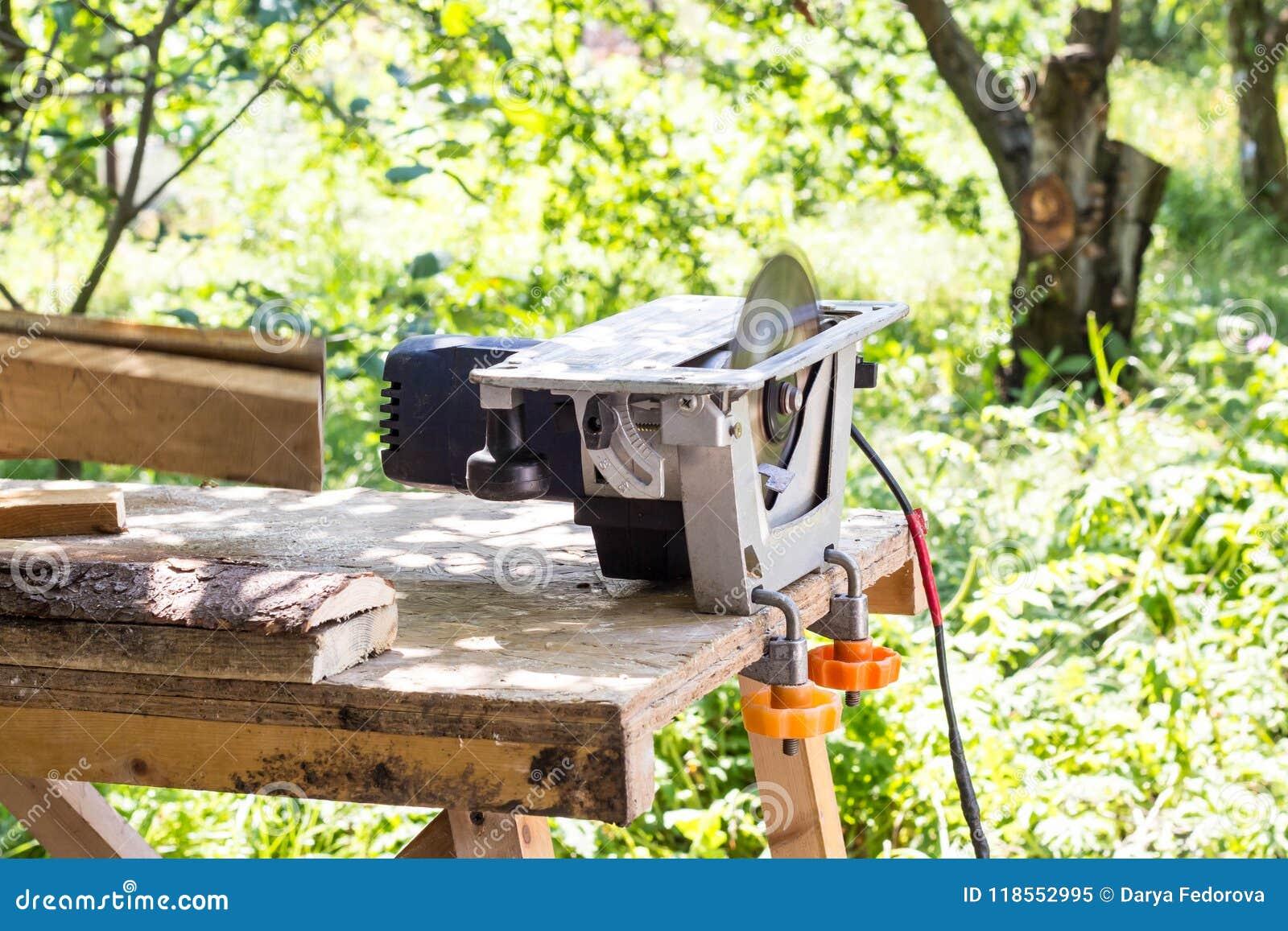 De cirkelzaag voor hout en boomboomstammen in zaagmolen sluit omhoog Verwerking van hout voor raad of andere bouwmaterialen