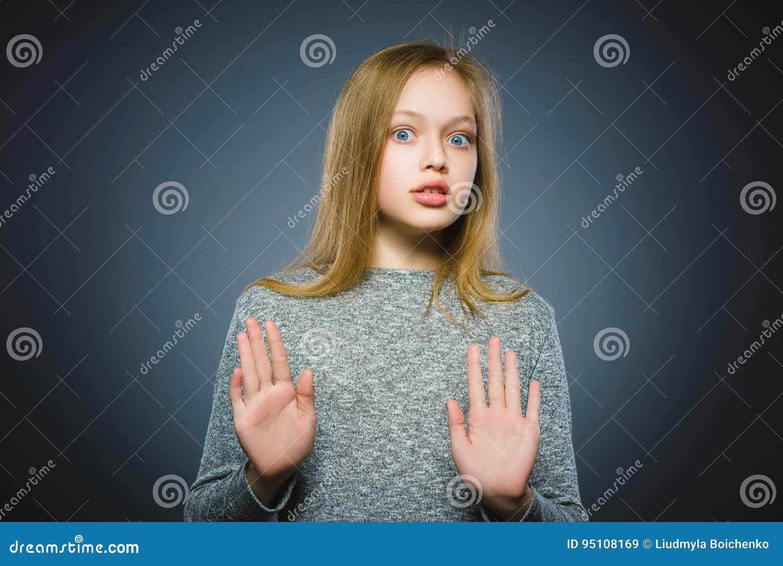 De close-up deed schrikken en schokte meisje De menselijke uitdrukking van het emotiegezicht