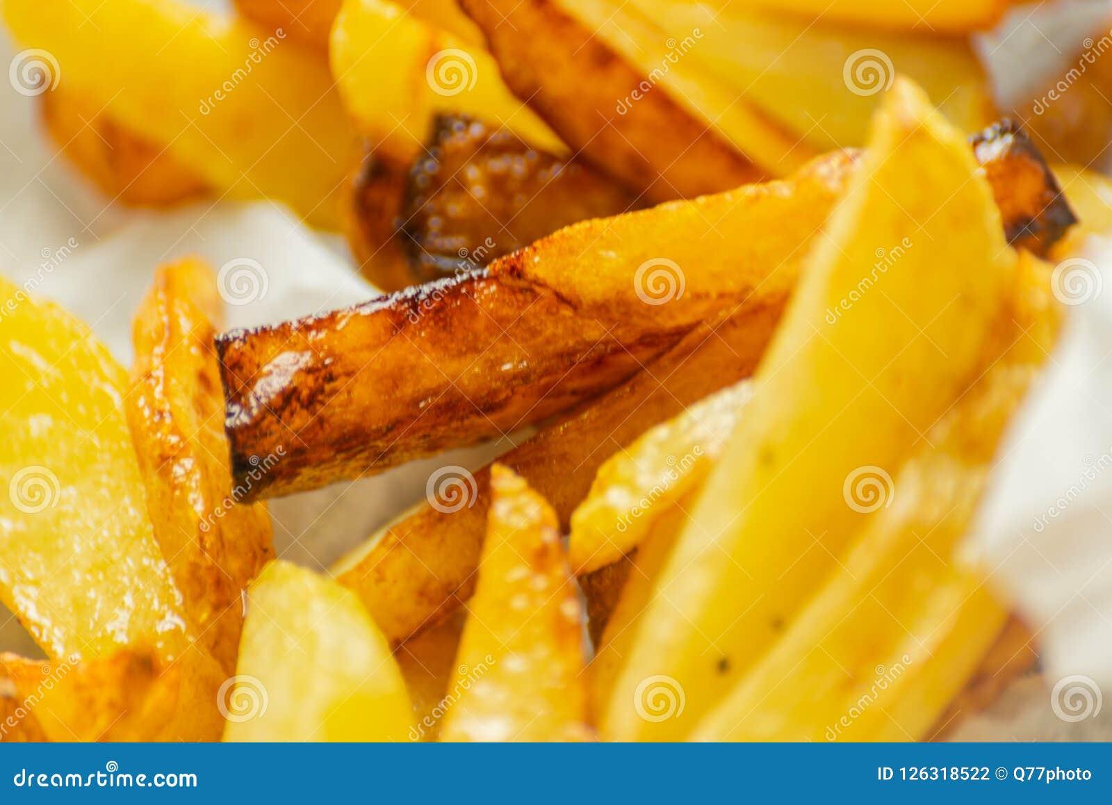 De close-up van gouden gebraden gerechten trof van verse vettige aardappels voorbereidingen, maar