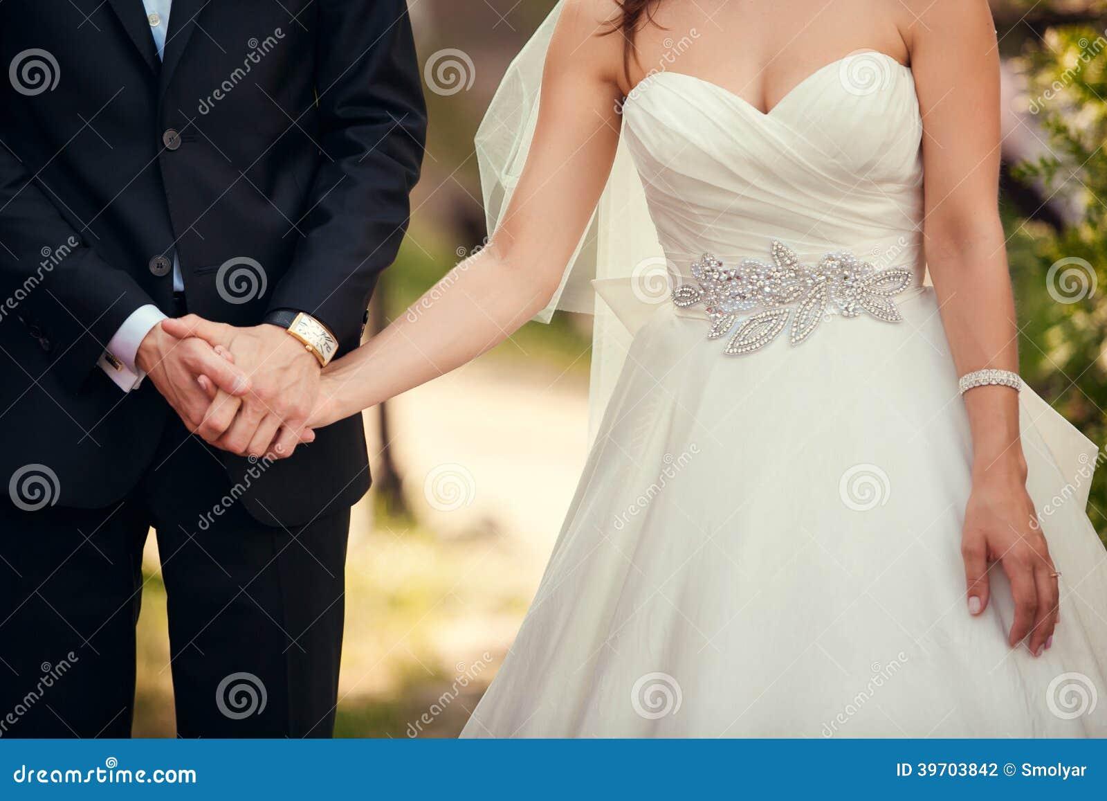 De close-up van het huwelijkspaar tijdens openluchthuwelijksceremonie