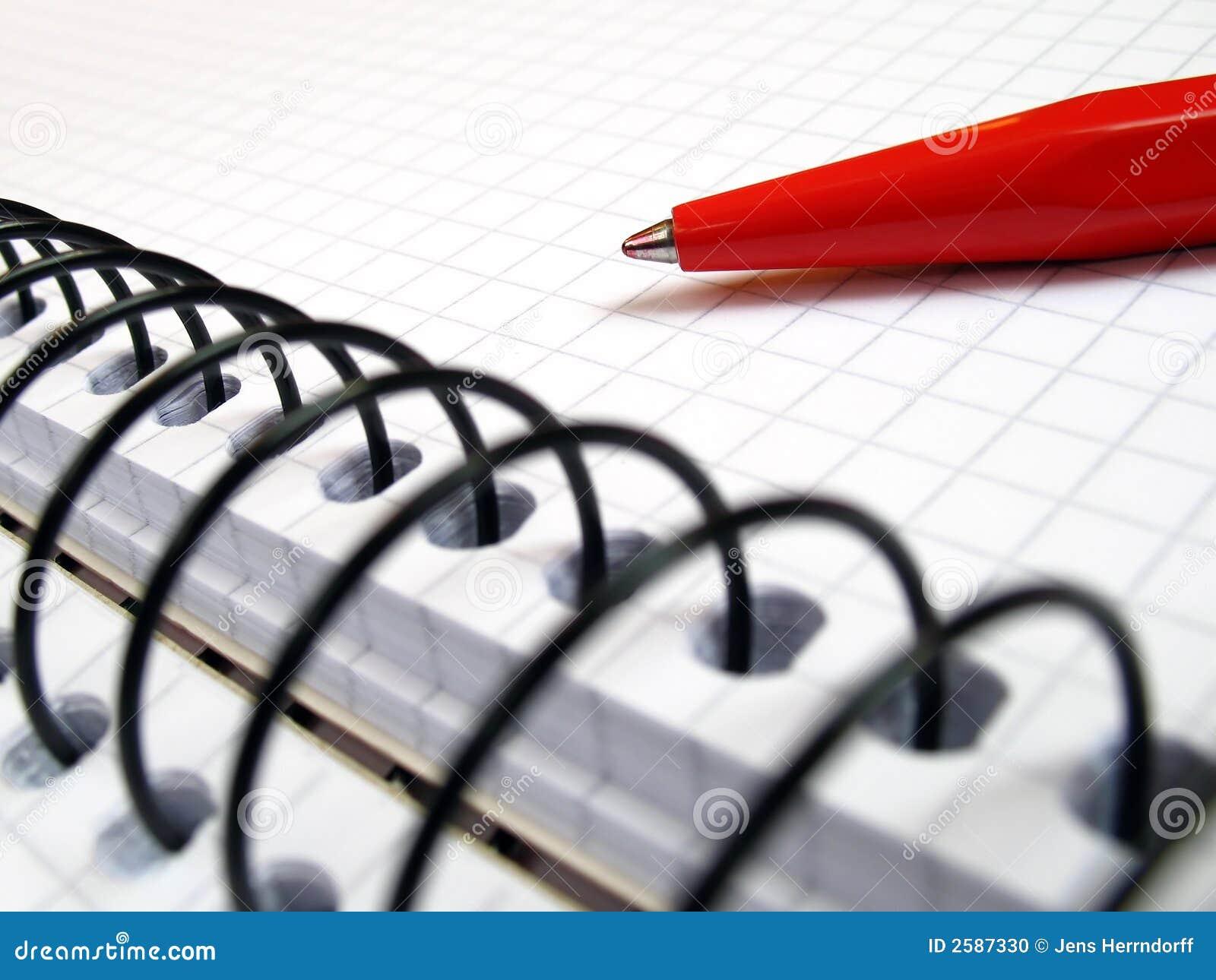 De close-up van het notitieboekje en van de pen