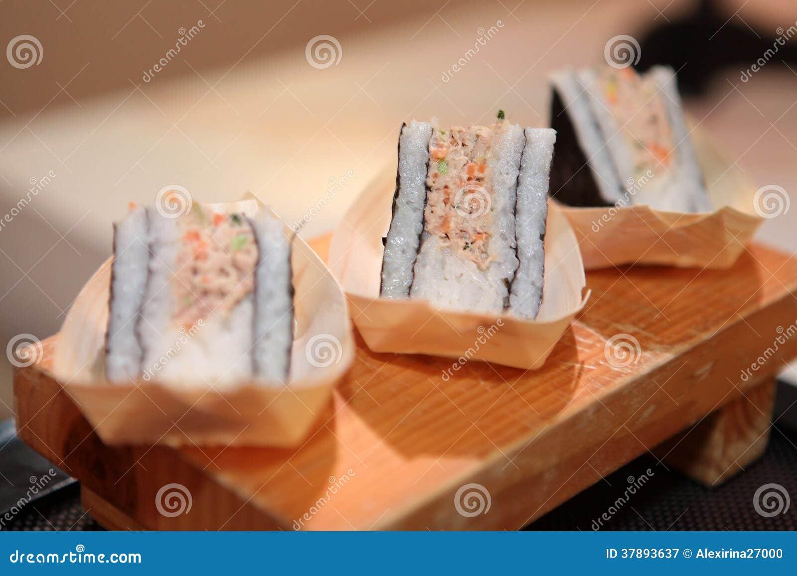 De close-up van het sushibroodje op houten raad