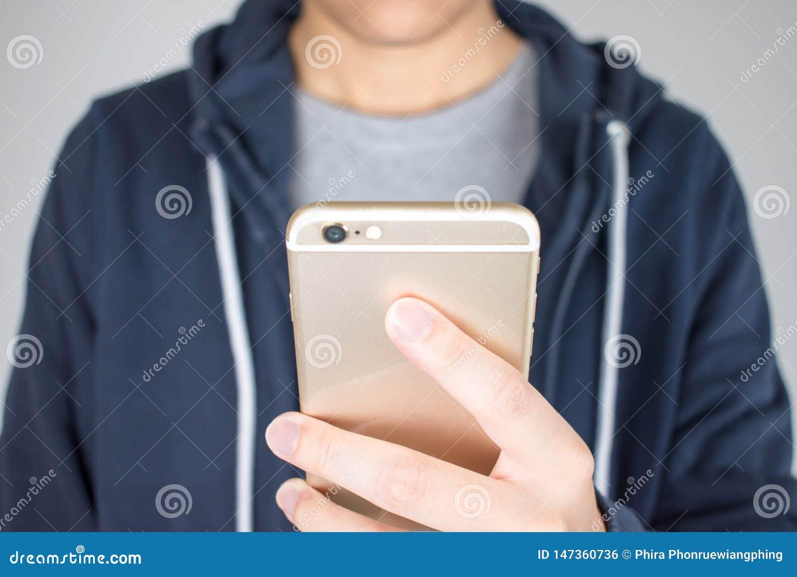 De close-uphanden houden de telefoons online winkelen