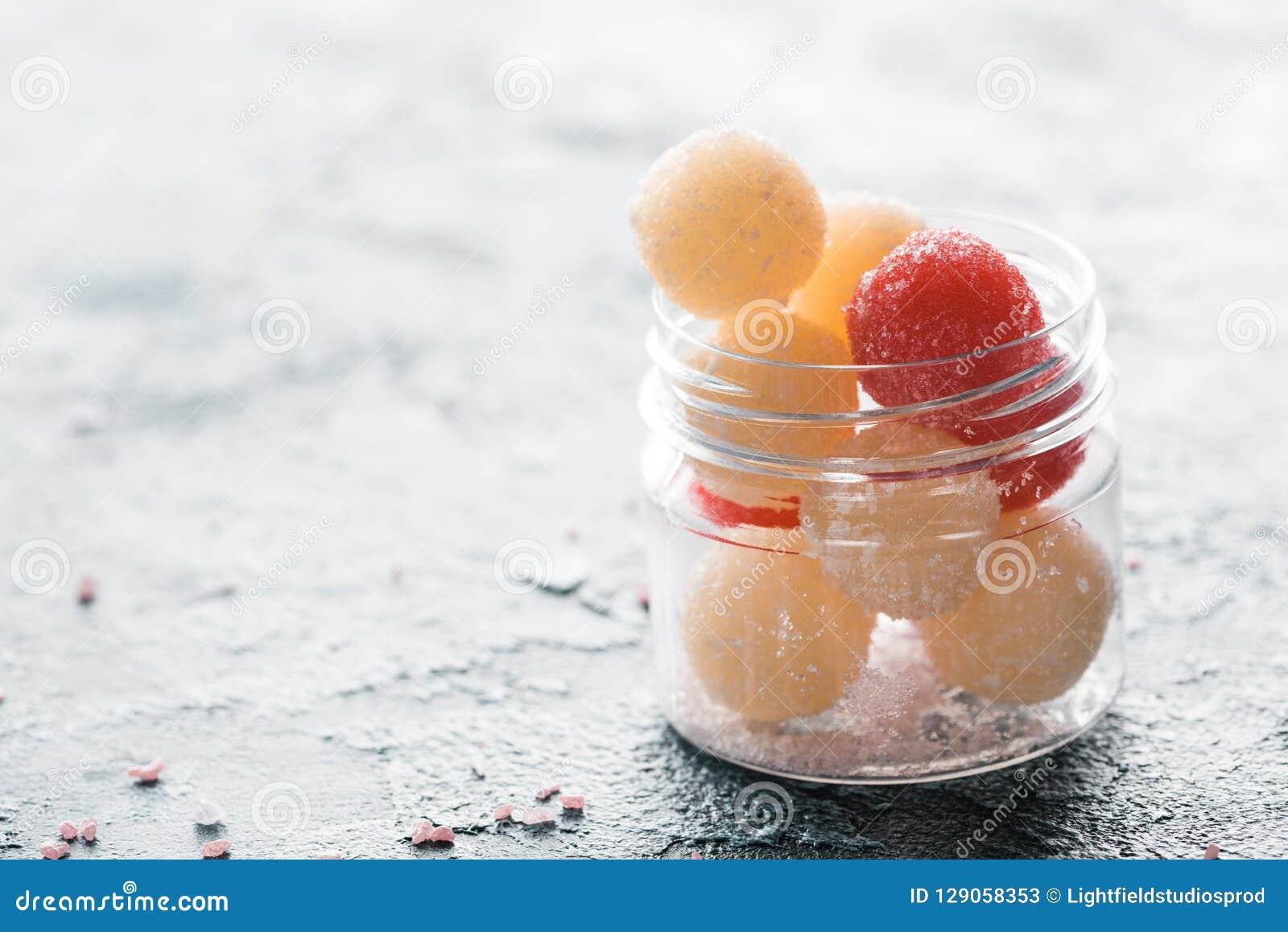 De close-upmening van eigengemaakt schrobt ballen in glascontainer