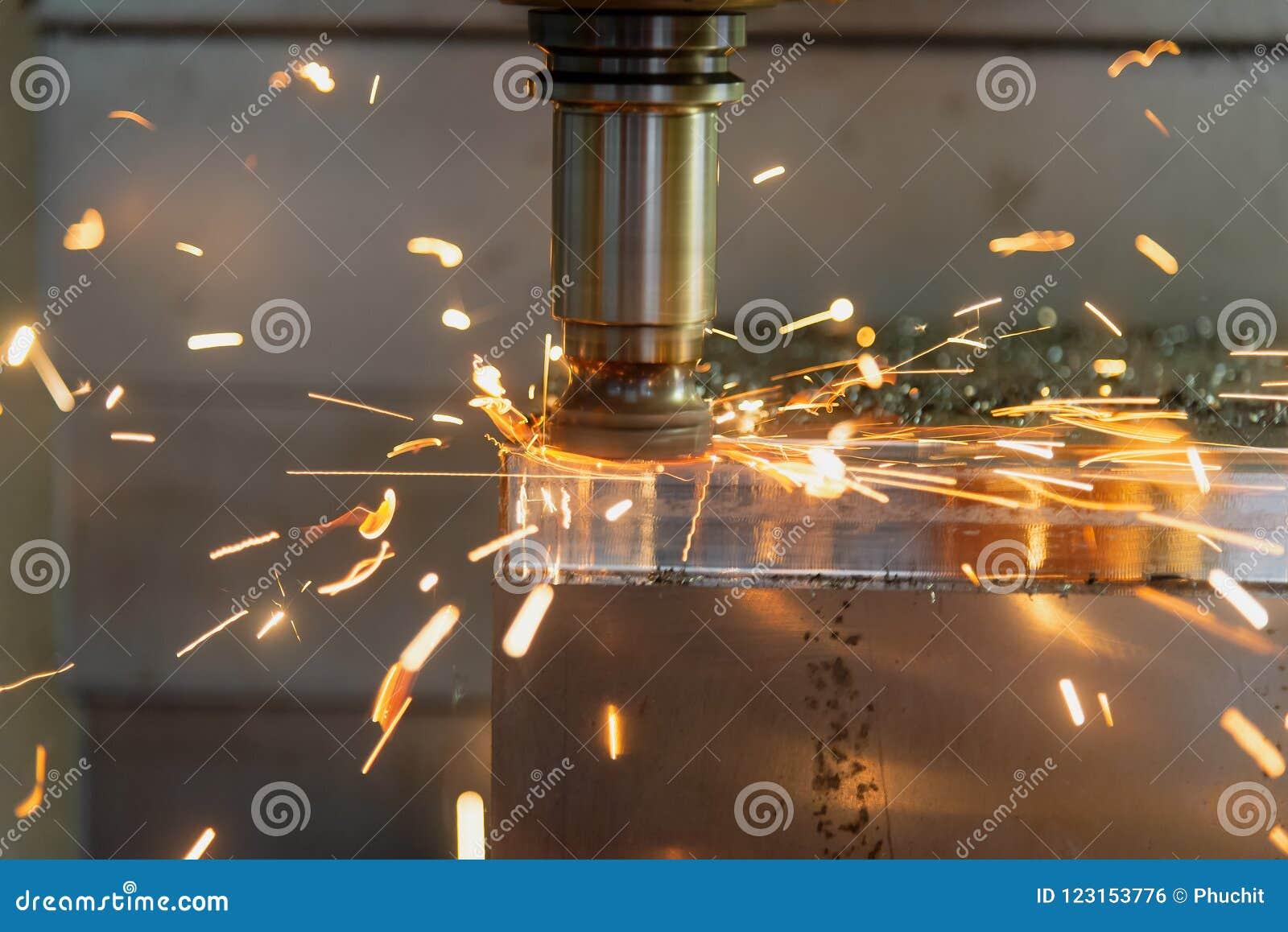 De CNC malenmachine die het vormdeel snijden