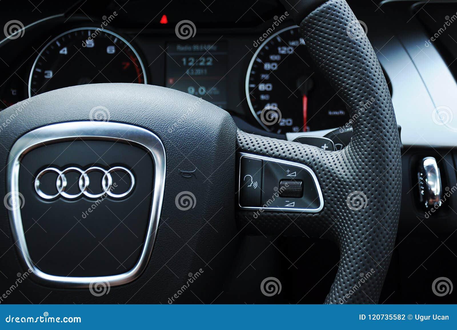 De cockpit en het stuurwiel van Audi a4
