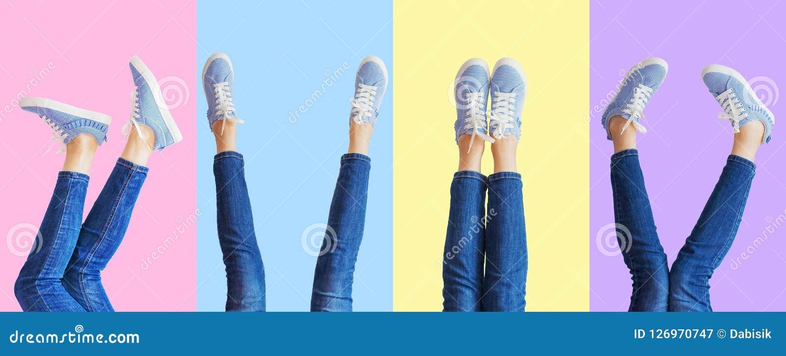 De collage van vrouwelijke benen in jeans en tennisschoenen in verschillend stelt op gekleurde achtergrond, panorama
