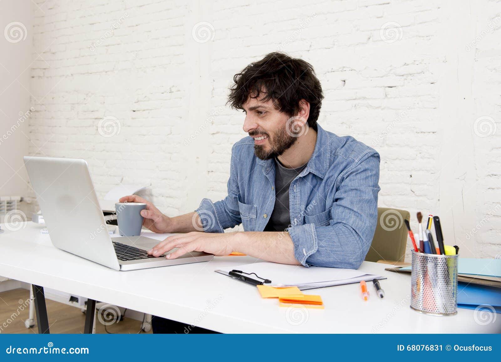 De collectieve zakenman die van portret jonge Spaanse aantrekkelijke hipster met bureau van het computer het moderne huis werken