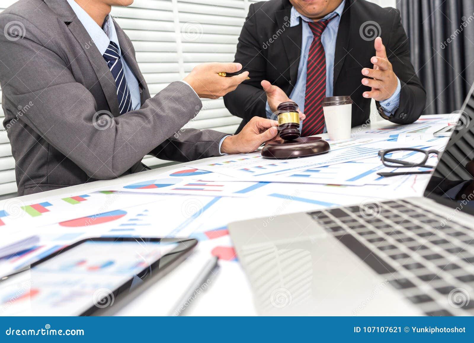 De collega s bespreken kwesties