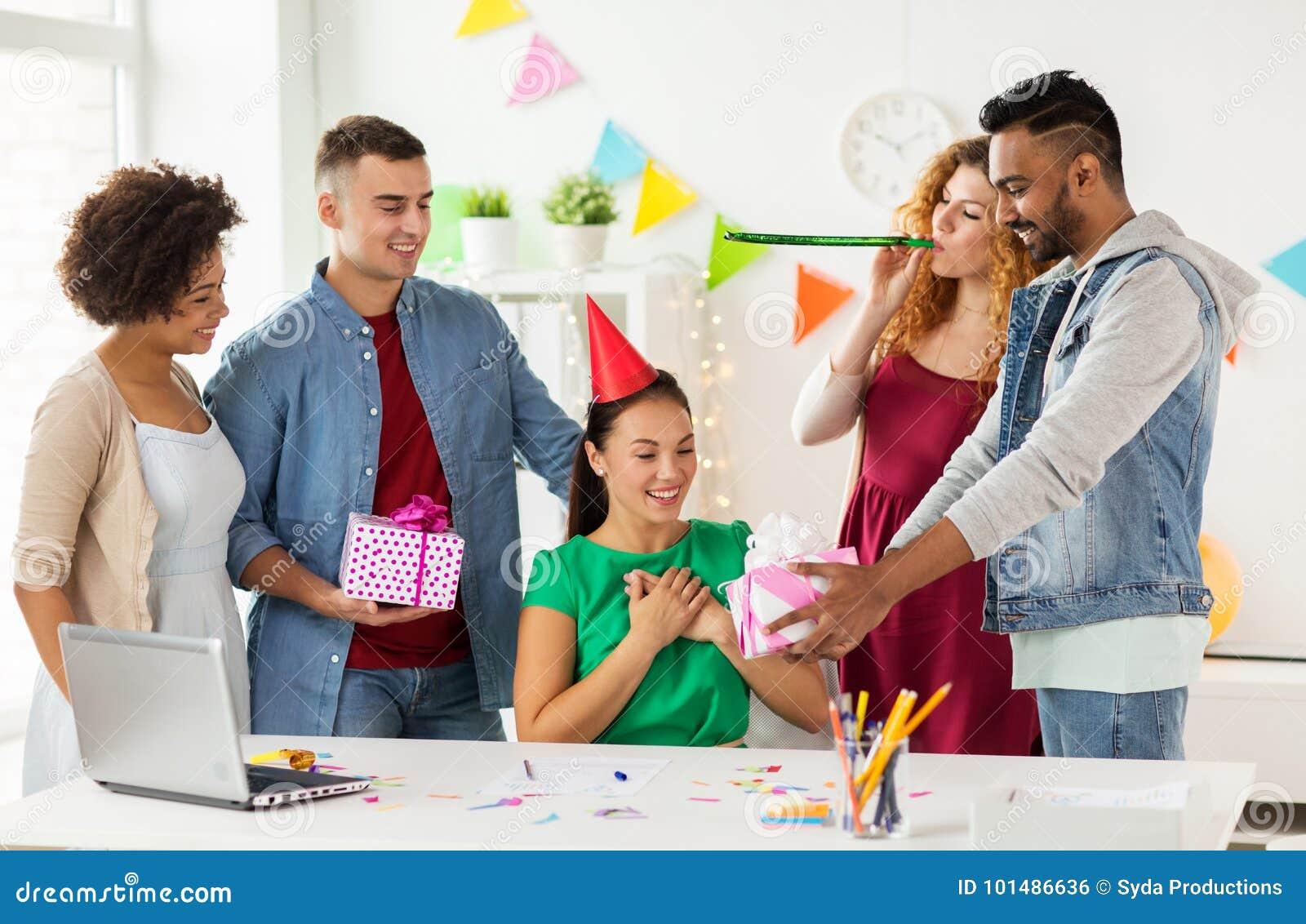 De collega van de teamgroet bij de partij van de bureauverjaardag