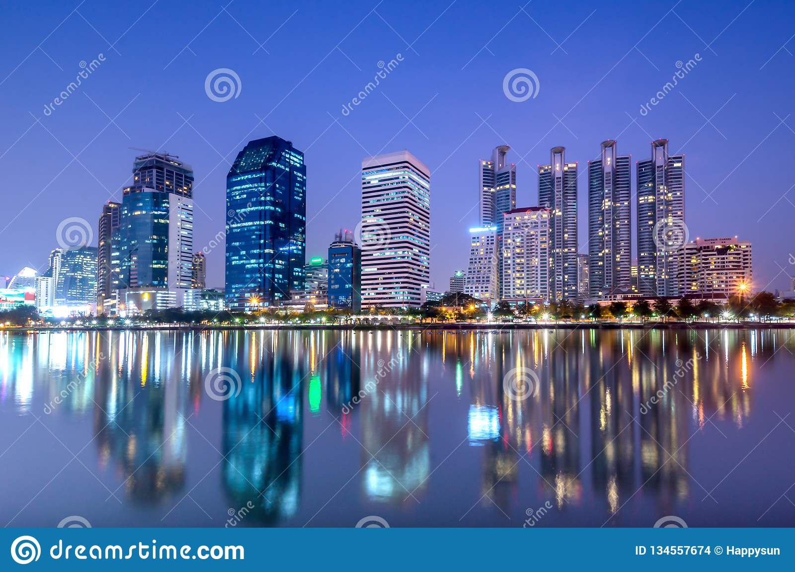De commerciële bouw in de schemering van Bangkok