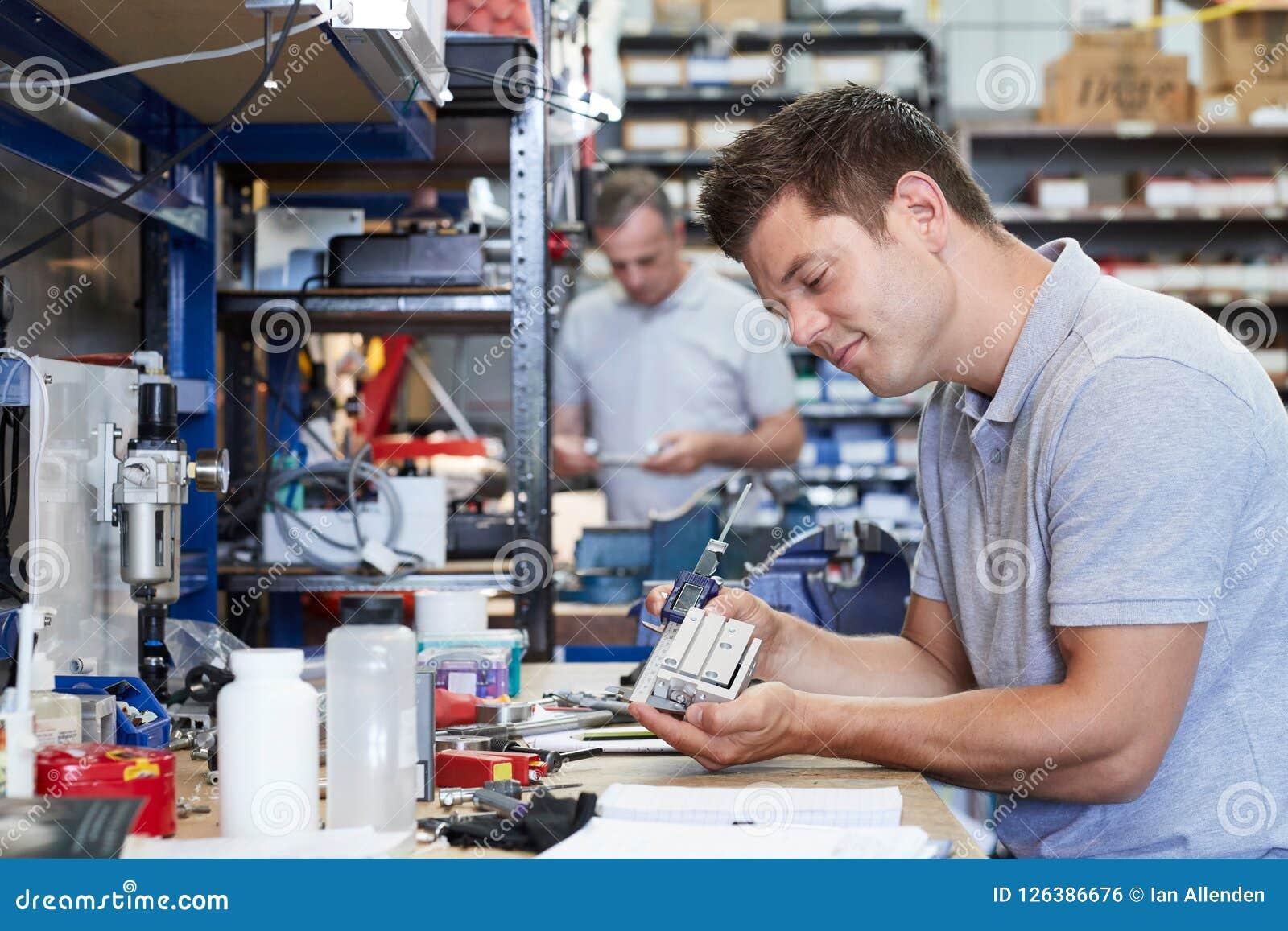 De Component van ingenieursin factory measuring bij het Werkbank die Micr gebruiken