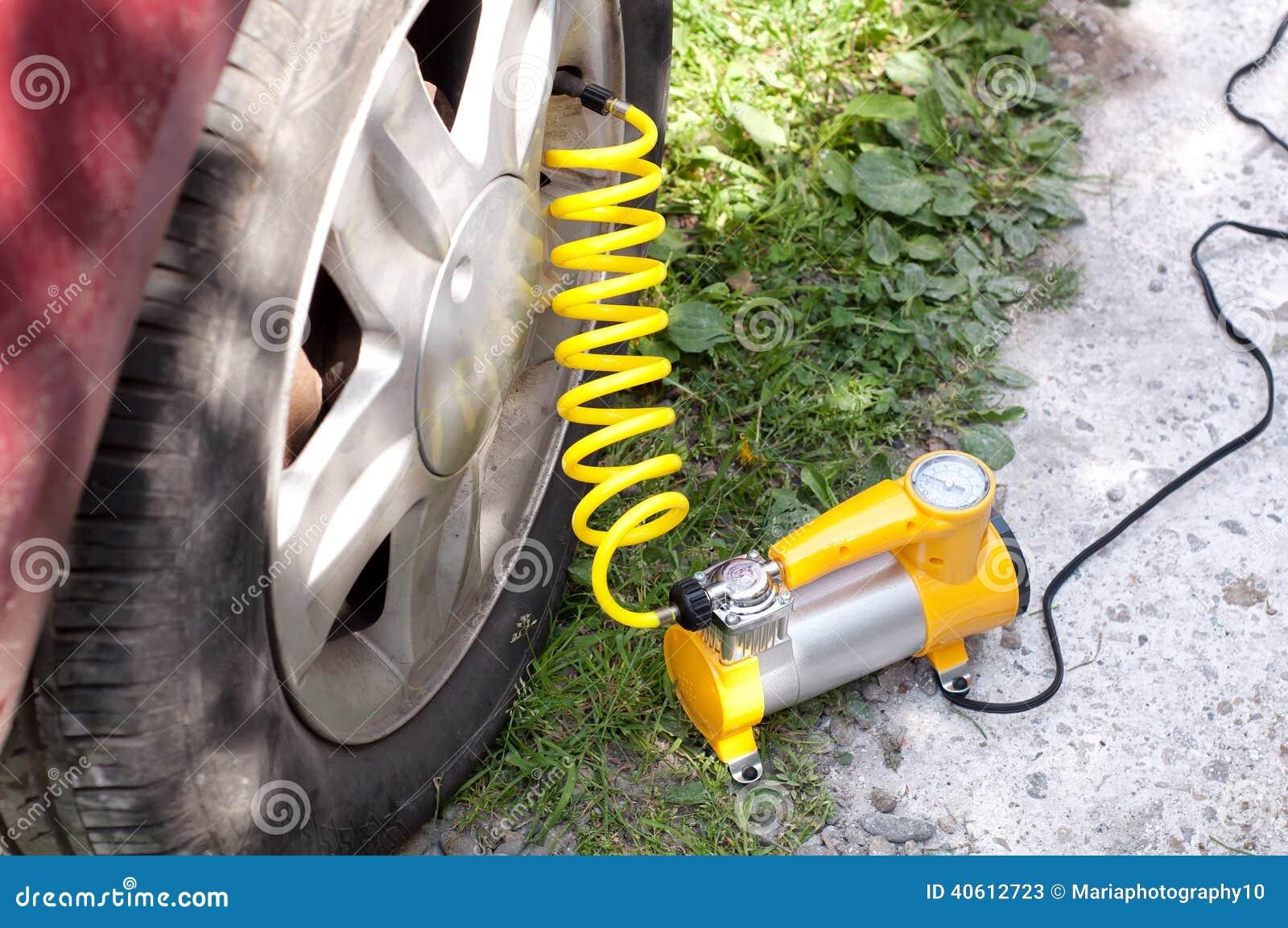 De compressor van de autolucht met gele verdraaide slang