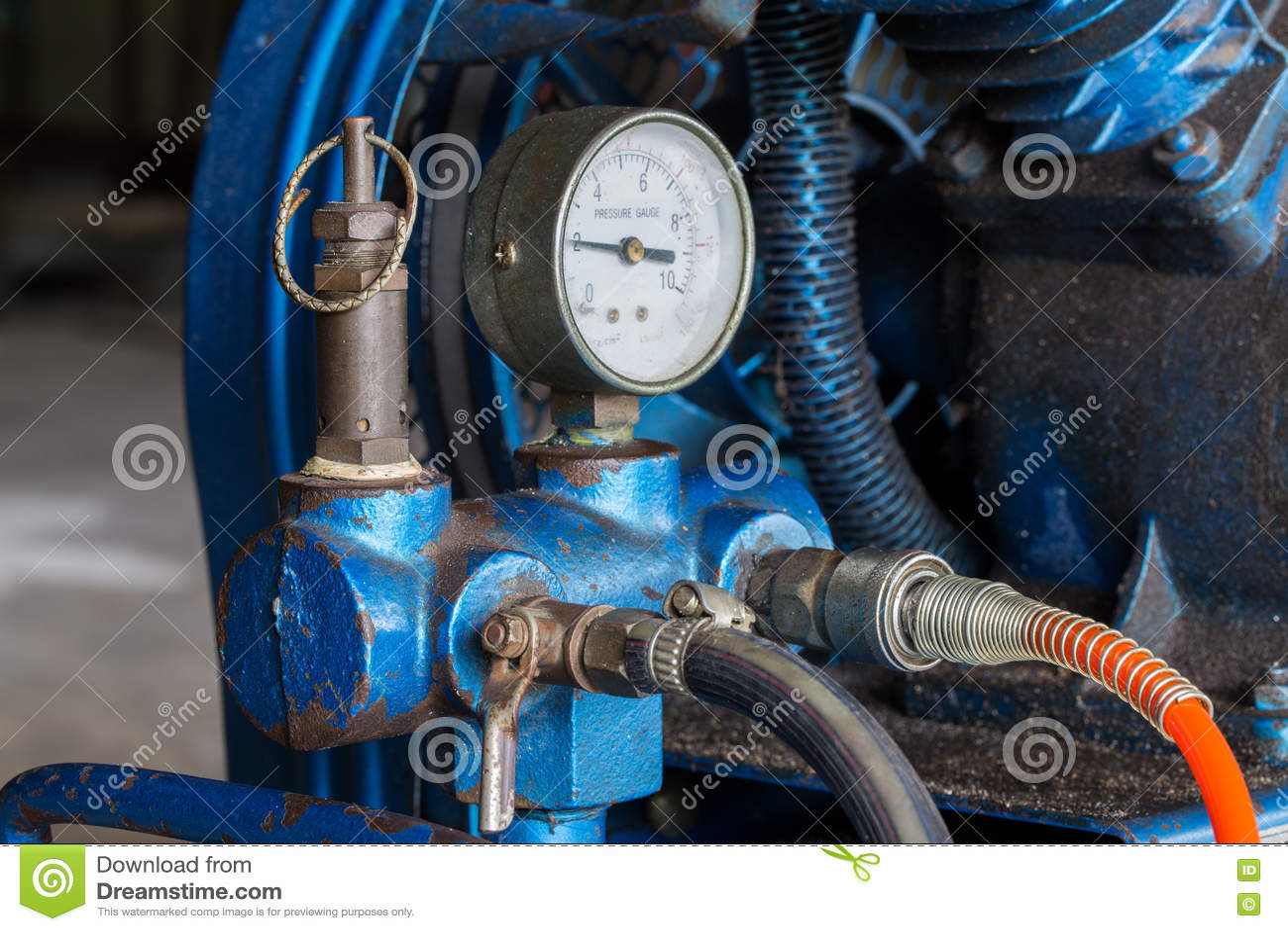 De compressor van de zuigerlucht in de fabriek wordt gebruikt die