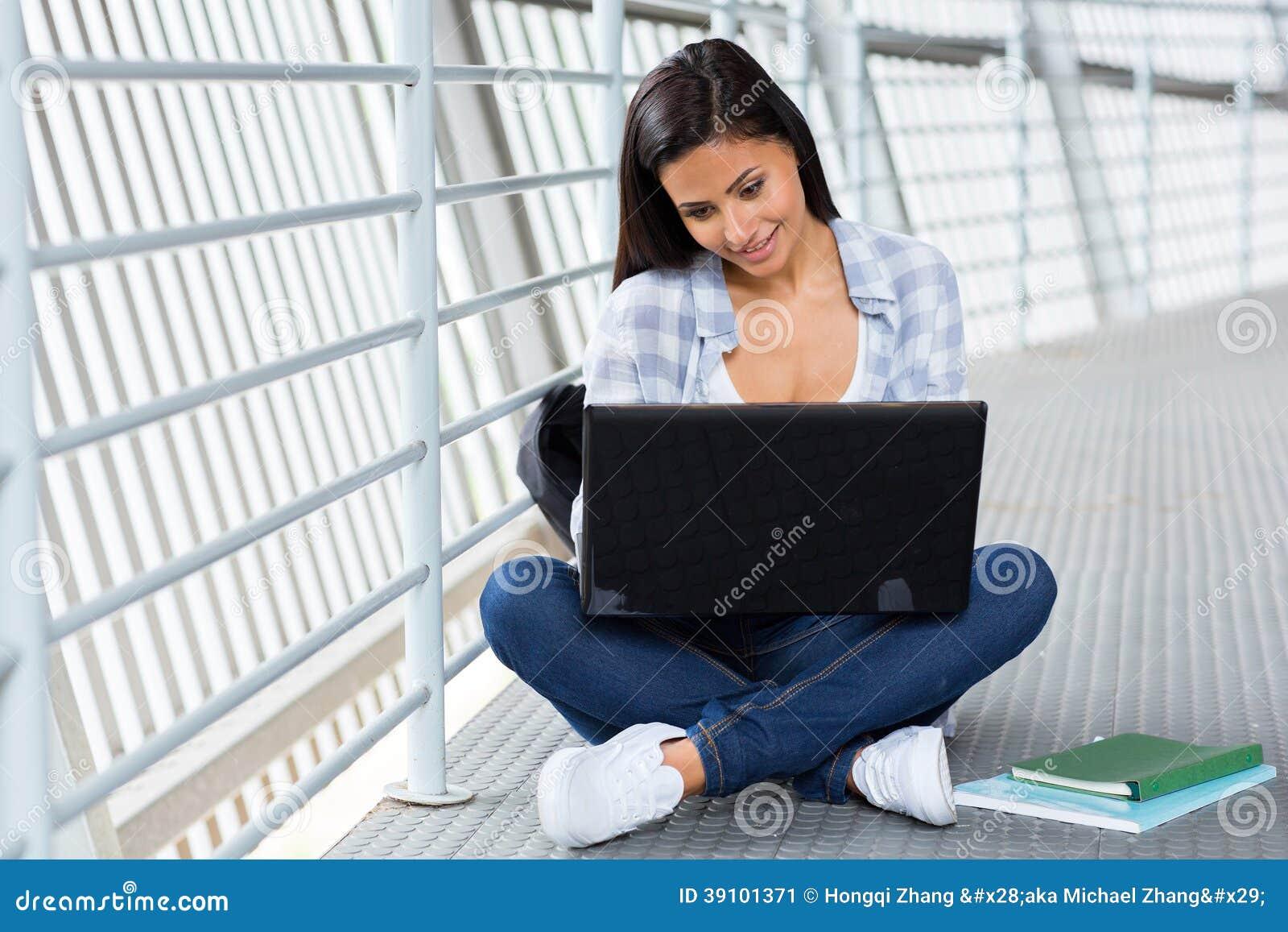 De computer van het universiteitsmeisje