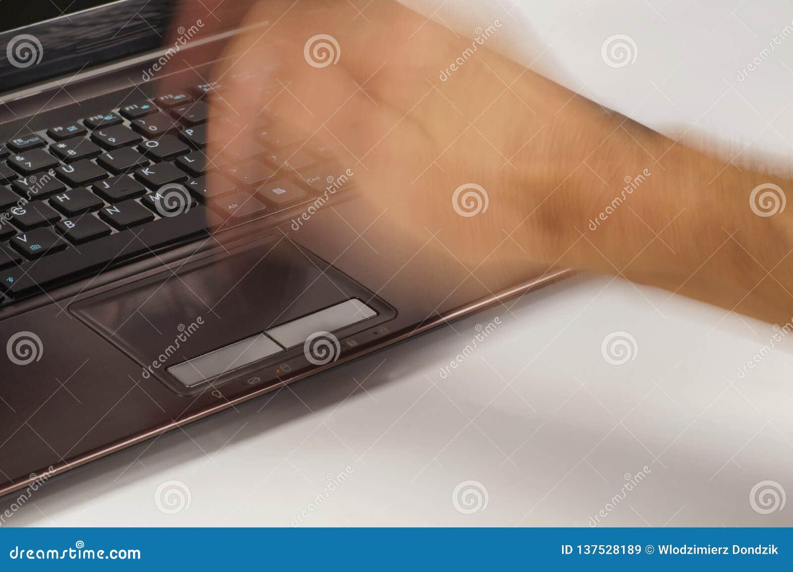 De computer wil niet behoorlijk werken Een mannelijke hand die hevig laptop slaan touchpad