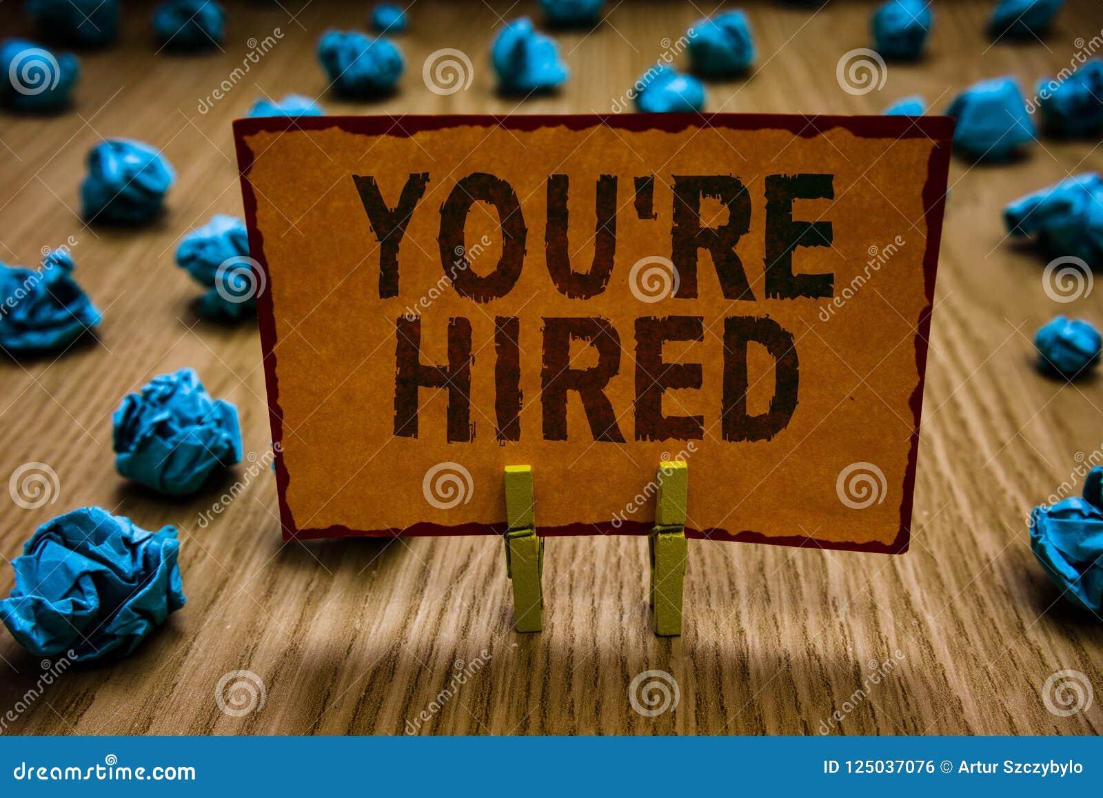 De conceptuele hand die tonend u aangaande gehuurd schrijven wordt Bedrijfsfototekst Nieuwe Job Employed Newbie Enlisted Accepted
