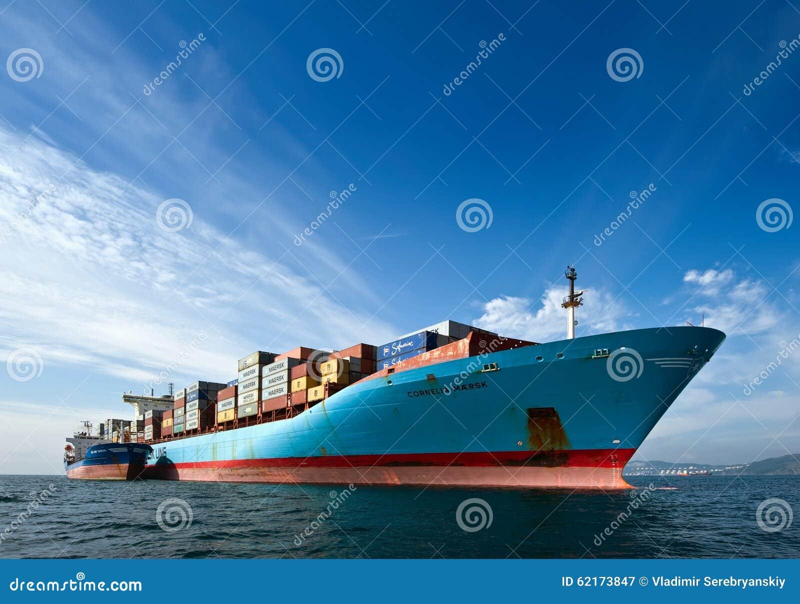 De containerschip Cornelia Maersk van Vitaly Vanykhin van de Bunkeringstanker De Baai van Nakhodka Van het oosten (Japan) het Ove
