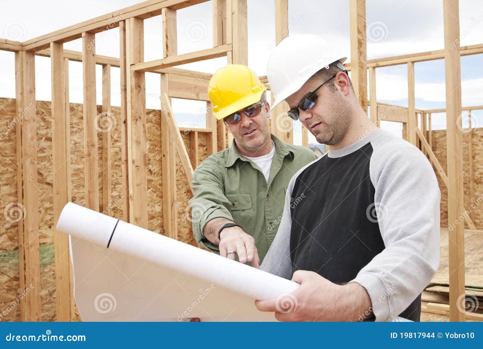 De contractanten die van de bouw een nieuw huis bouwen for Nieuw huis bouwen