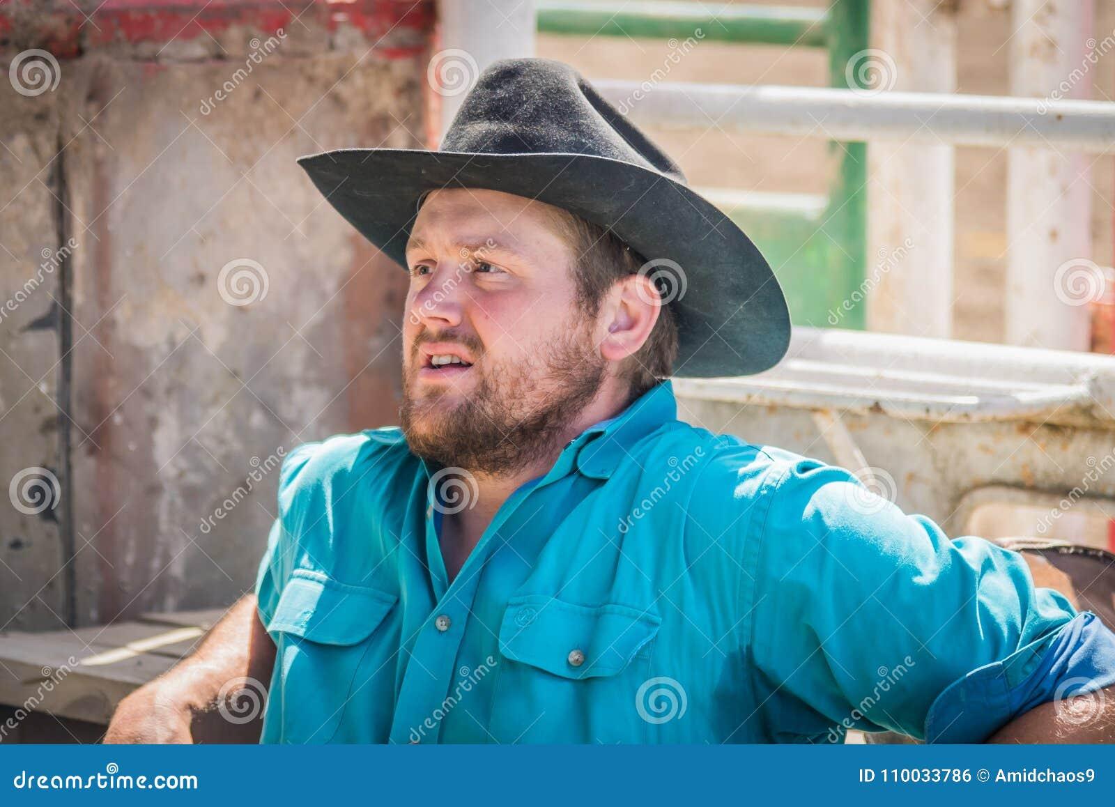 De cowboy wacht achter de hellingen in Williams Lake Stampede