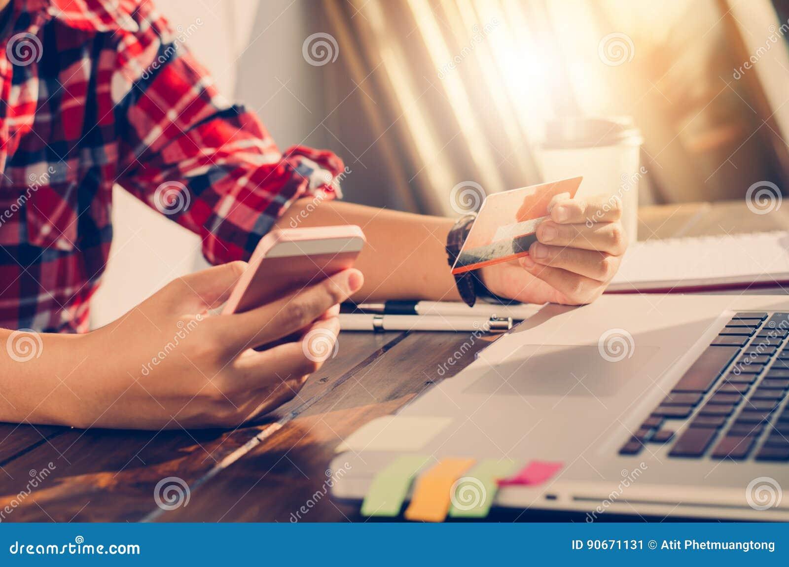 De creditcards van de vrouwenholding en de mobiele telefoons winkelen