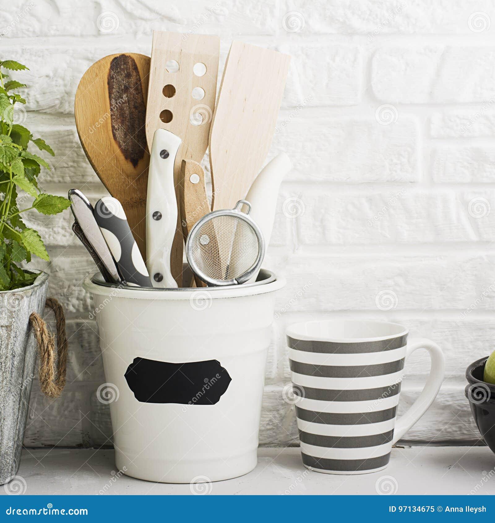 Faire Un Mur De Brique Intérieur de cuisine toujours la vie sur un fond blanc de mur de