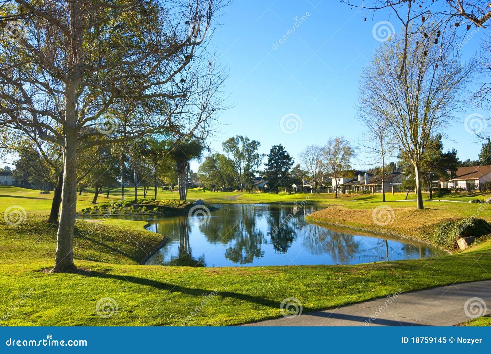 De cursus van het golf met groen gras zandbunker en vijver stock afbeelding afbeelding 18759145 - Groen behang van het water ...