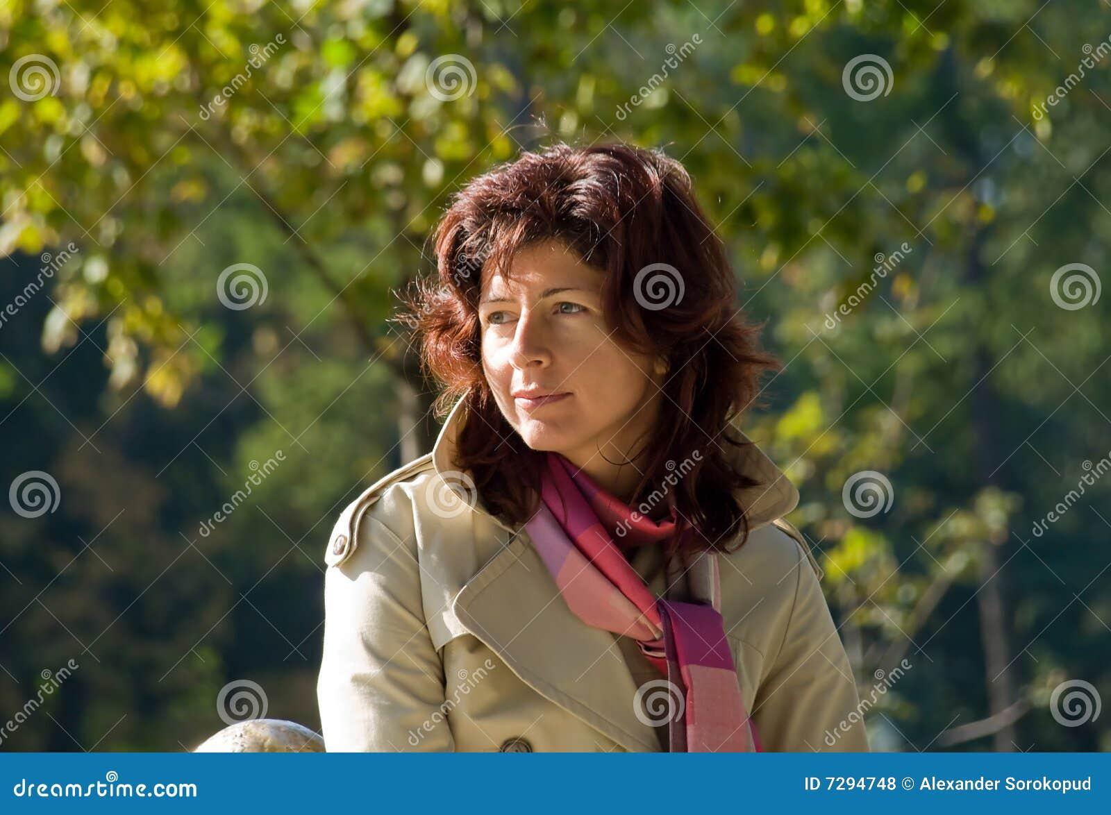 De dag van de het portretherfst van de vrouw