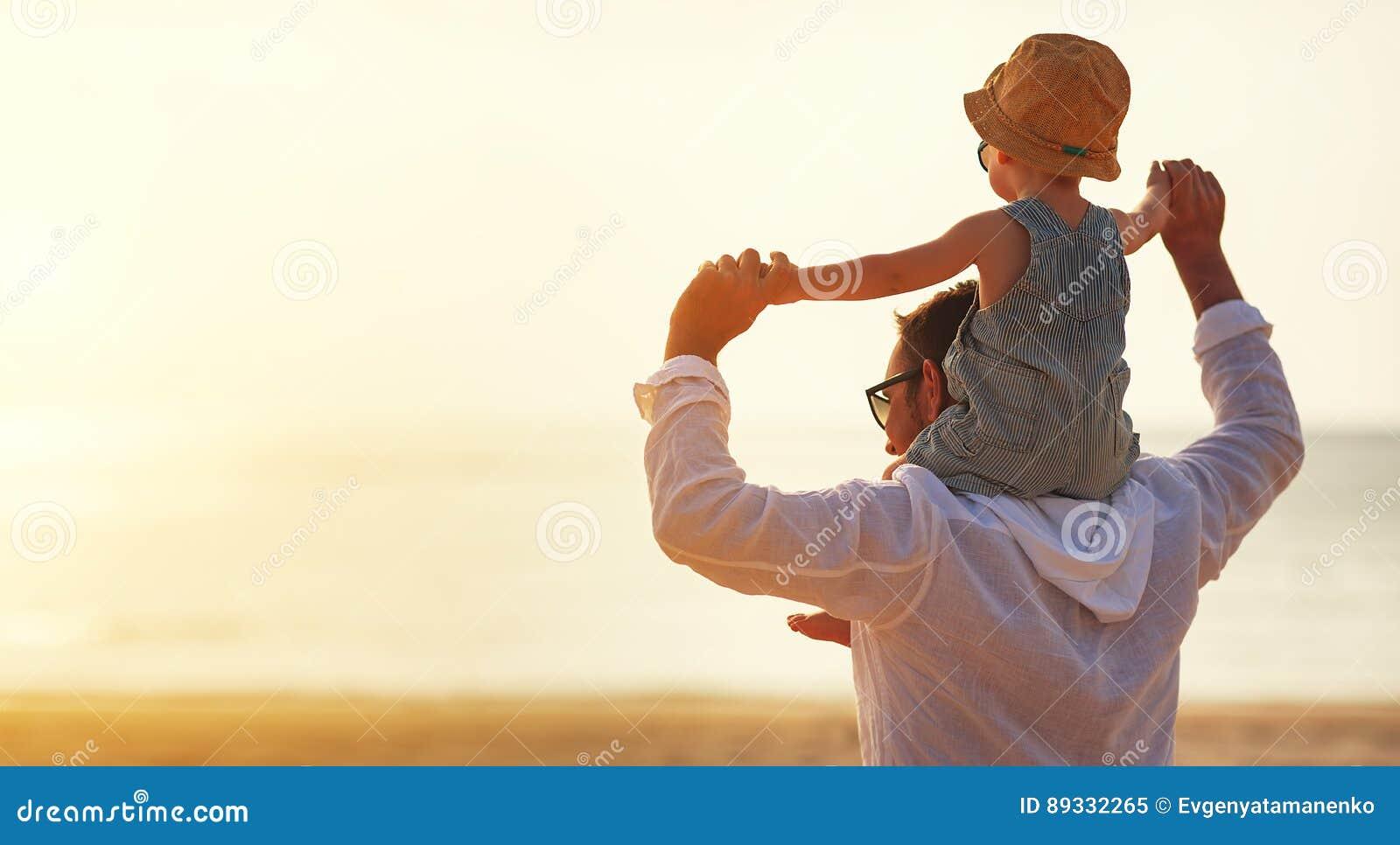 De dag van de vader `s Papa en babyzoon het spelen samen in openlucht op su