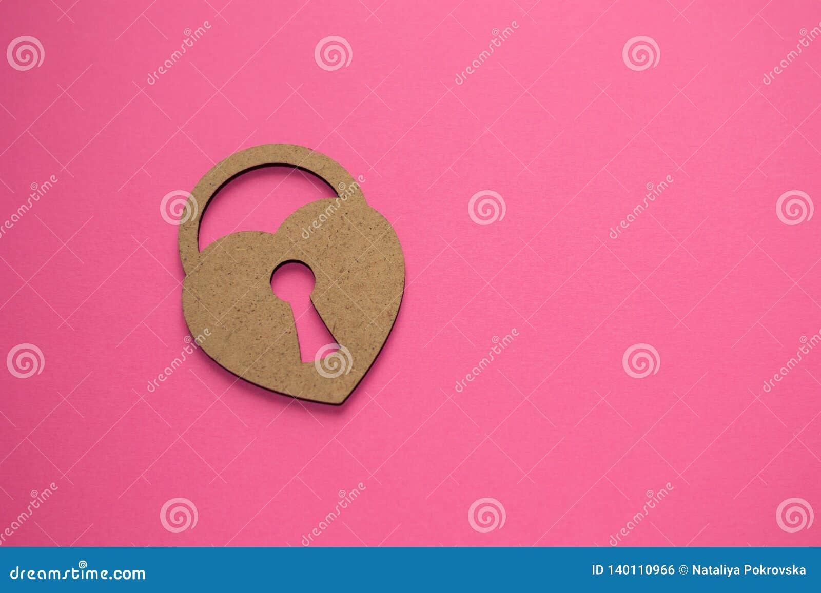 De dag van gelukkig Valentine! Sleutel tot hart Gesloten eenzaam hart op roze achtergrond Wat is liefde? Hoogste geheimen van lie
