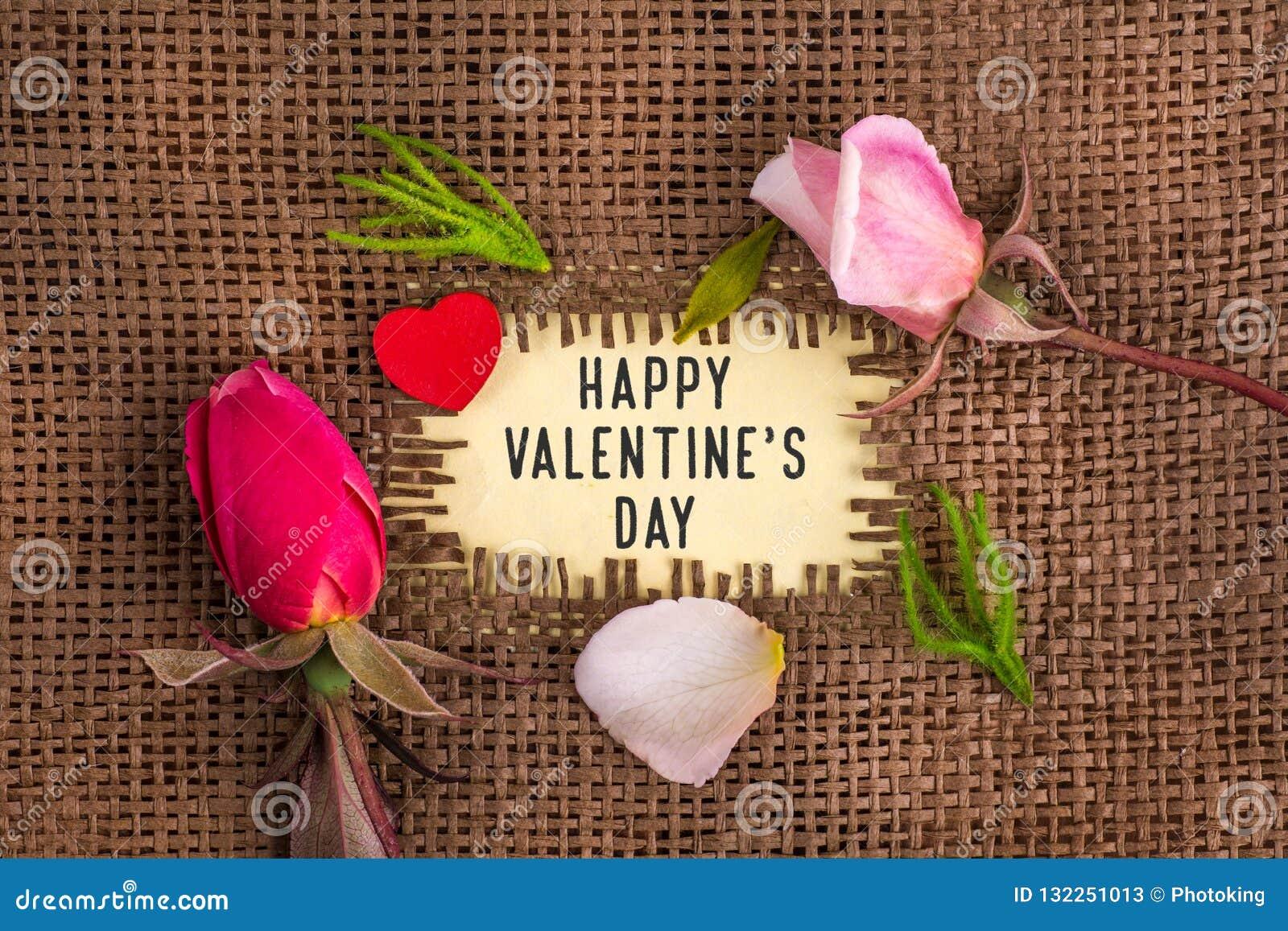 De dag van de gelukkige die valentijnskaart in gat op de jute wordt geschreven