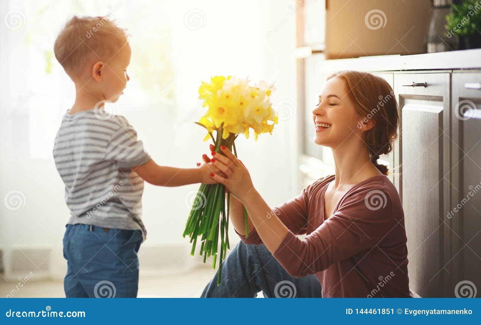 De dag van de gelukkige moeder! de kindzoon geeft flowersformoeder op vakantie
