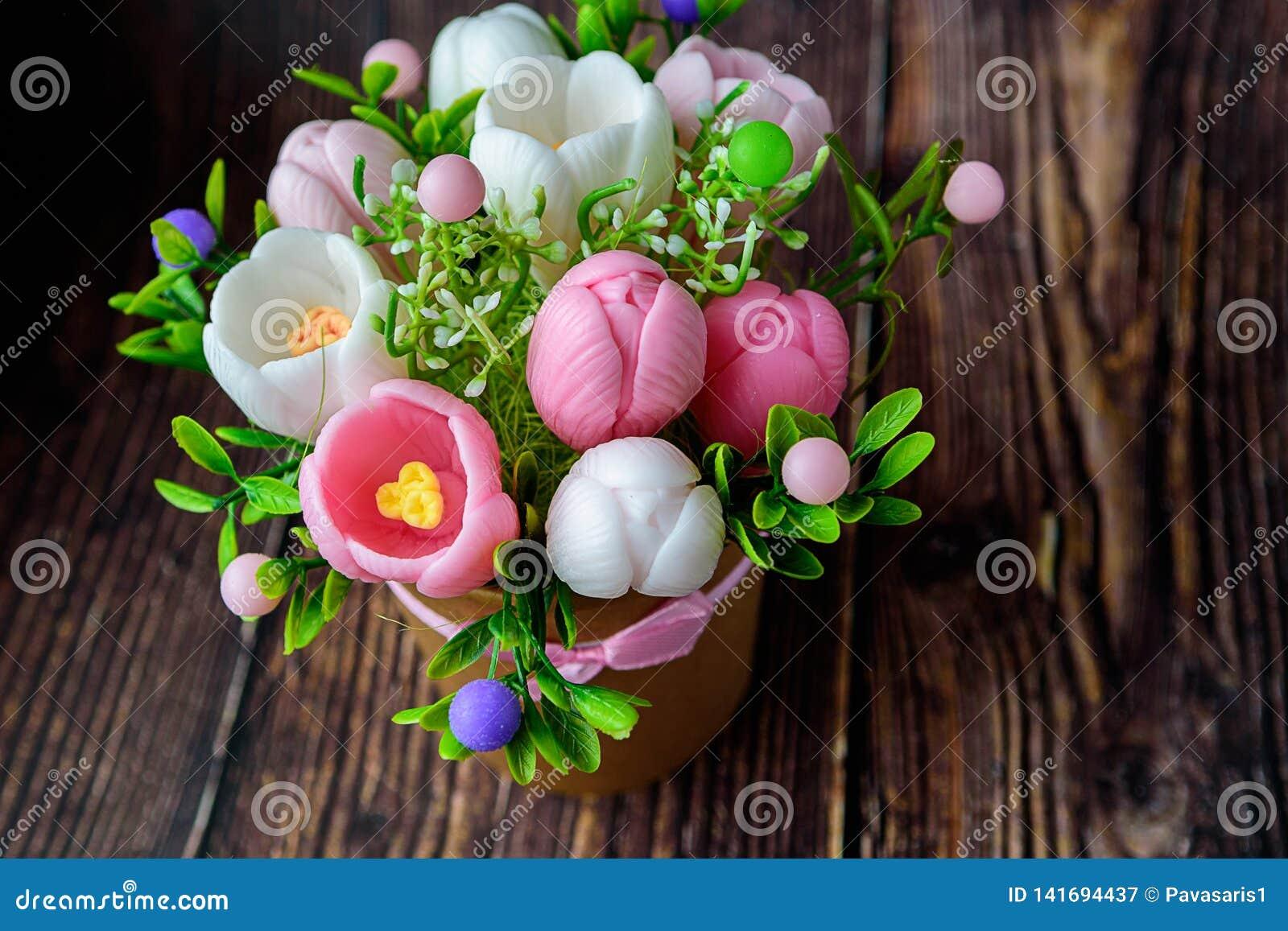 De Dag van de gelukkige moeder, de dag van vrouwen, Verjaardag of het concept van de huwelijksgroet Boeket van krokussen op een v