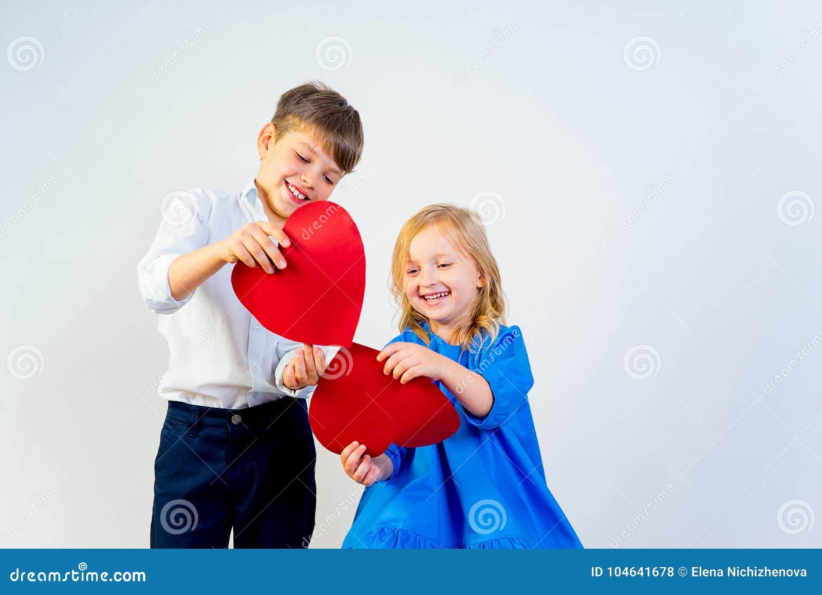 Download De Dag Van Jonge Geitjesvalentine Stock Foto - Afbeelding bestaande uit mensen, emotie: 104641678
