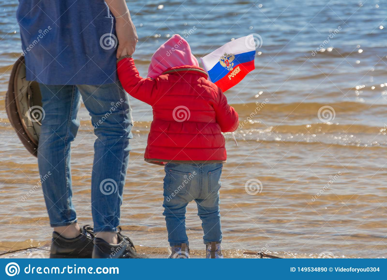 De Dag van Rusland Patriottische vakantie Gelukkig leuk jong geitje, weinig kindmeisje met de vlag van Rusland Mamma met een kind