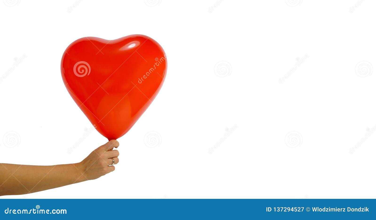 De dag van de valentijnskaart `s Een grote die ballon in de vorm van een hart in de hand van een vrouw wordt gehouden