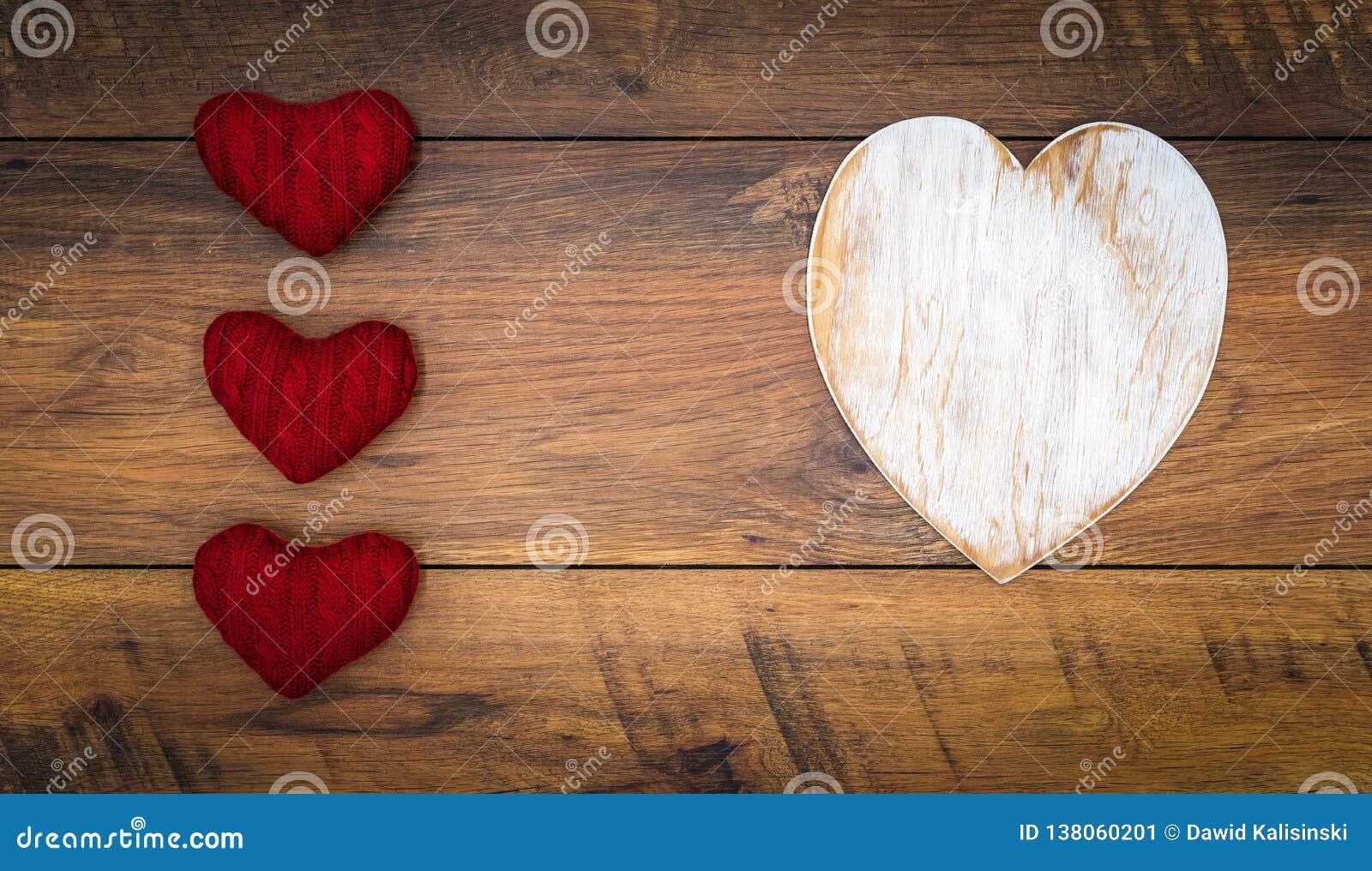 De Dagcad van Retro klassiek Valentine, groot wit geschilderd houten geïsoleerd hert, 3 rode knuffelherten, op uitstekende eiken