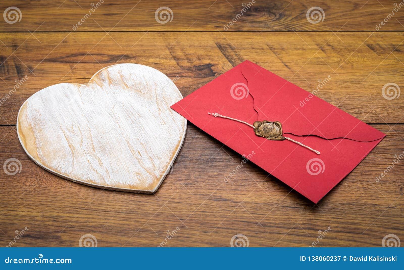 De Dagcad van Retro klassiek Valentine, groot wit geschilderd houten hert, geïsoleerde, rode envelop met wasverbinding, op uitste