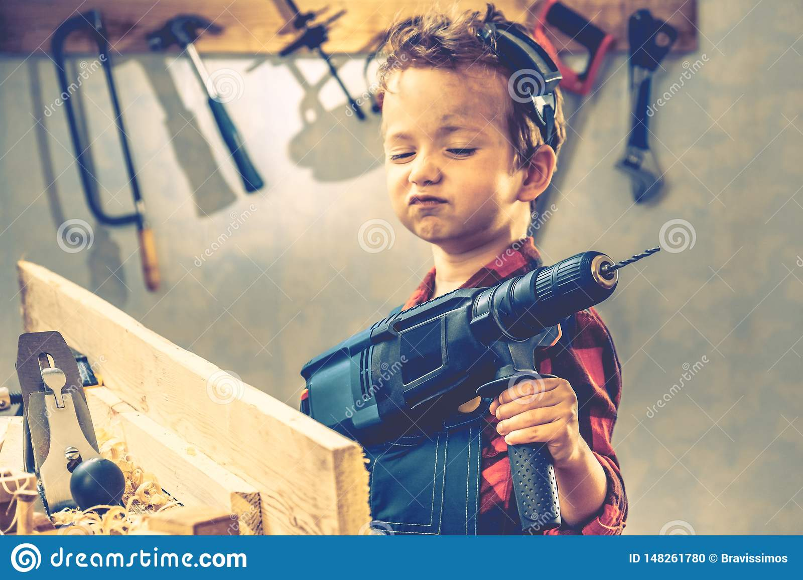 De dagconcept van kindvaders, timmermanshulpmiddel, arbeider