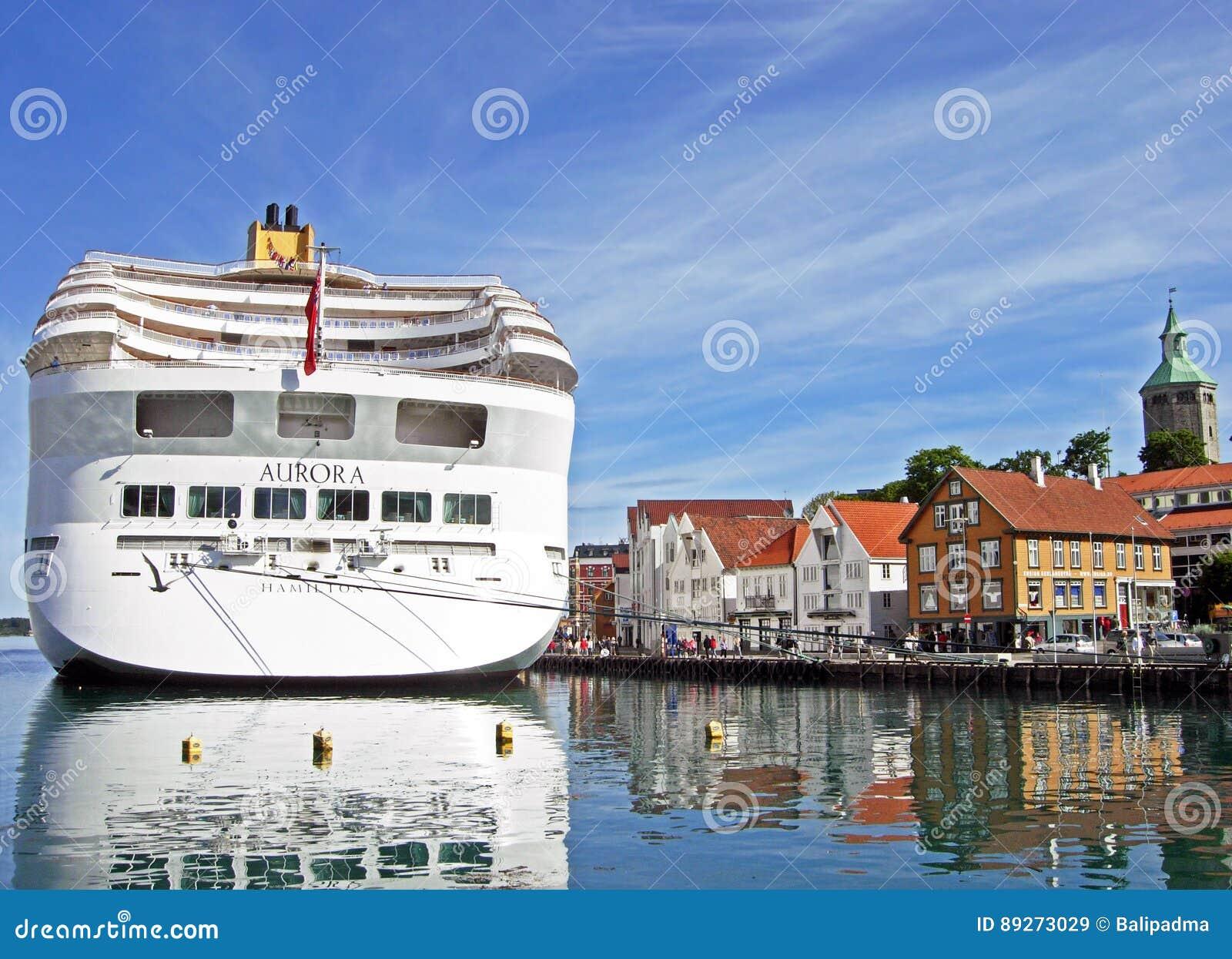 De DAGERAAD van het cruiseschip door P&O Cruises heeft bij Skagenkaien-Pijler in de haven van Stavanger Noorwegen vastgelegd
