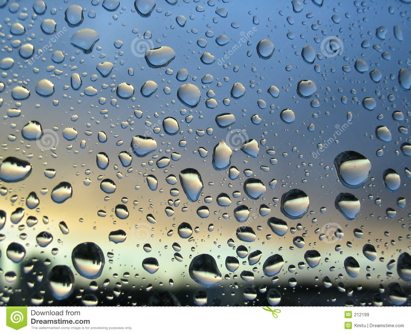 de dalingen van de regen op het venster zonsondergang op achtergrond 2 stock afbeelding. Black Bedroom Furniture Sets. Home Design Ideas