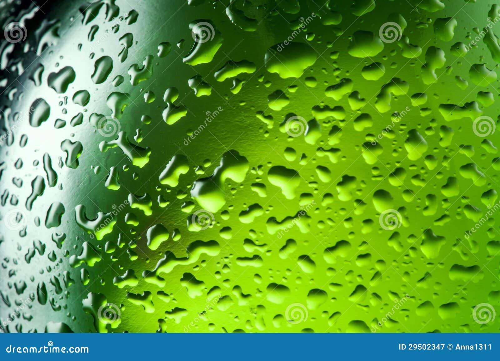 De dalingentextuur van het water op de fles bier. Abstracte achtergrond
