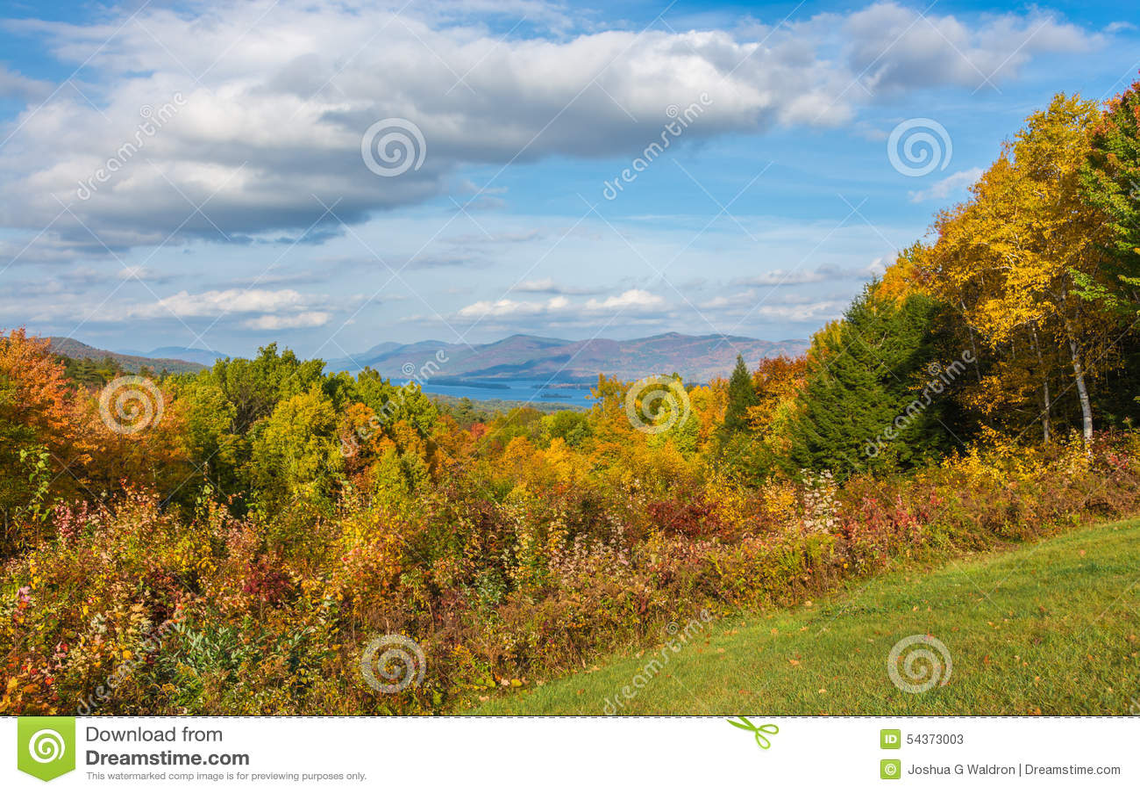 De Dalingsgebladerte van meergeorge nestled in mountains and