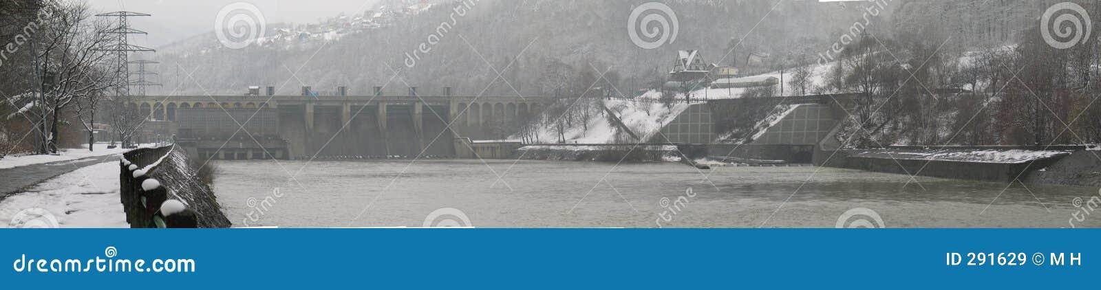 De dam van het water bij mist